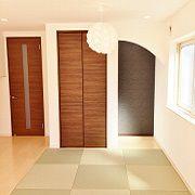 照明が個性的な畳コーナーです。床の間と押入もしっかりあります。