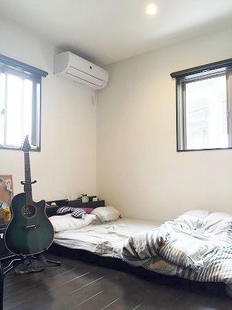 ギターが趣味のご主人様。シックな雰囲気に仕上がった寝室の壁には外壁にも使用しているALCを施工し防音対策!お仕事に、子育てにと忙しい日々のつかの間の自分の時間もしっかりと確保することでエネルギーチャージ