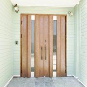 両開き扉を使用した大きな玄関。玄関から続く土間スペースにはご主人の大型バイクも楽々入れます。