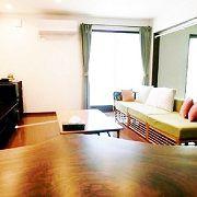 土間から続くリビングは、シンプルで広々した印象。空間を活かし、家具もシンプルにまとめています。