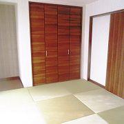 縁なしの畳を使用することで、モダンな印象を感じさせる和室。上品な畳のコントラストが落ち着いた印象を与えてくれます。