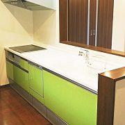 人造大理石のシンクのキッチン。ここでもグリーンを使用し、良いアクセントになっています。