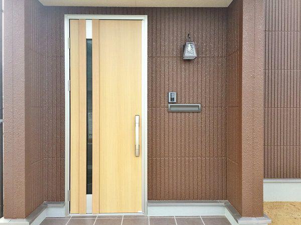 玄関ドアはシンプルなデザインに。