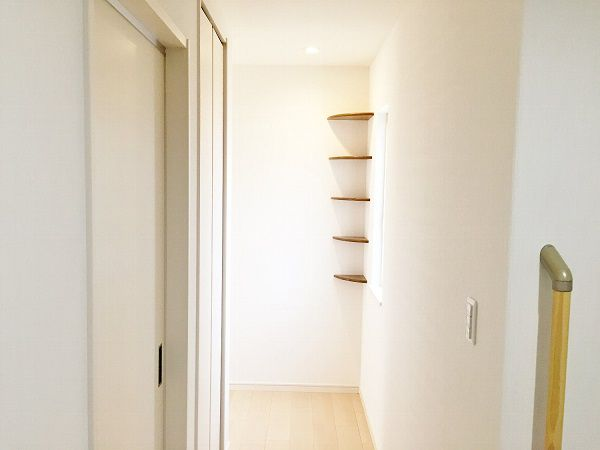 廊下のコーナーには、Rの飾り棚を付けました。どんな小物を飾ろうか、わくわくしますね。