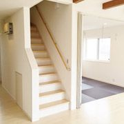 LDKから見た和室、階段、廊下です。和室は、来客時等には扉をしめて仕切ることもできます。