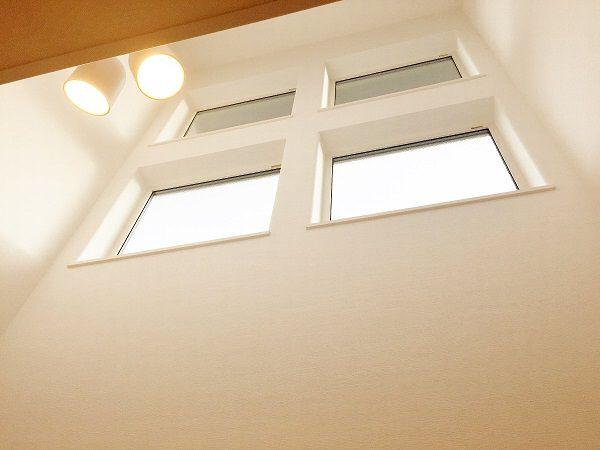 リビングにある吹き抜けです。2階とはつなげず、明かり取りと開放感のために作りました。
