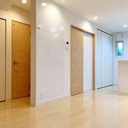 ダイニングとリビングの間にはホワイトボードをつけました。 家族の予定などここで共有できますね。 また、階段下収納、脱衣所、トイレはLDKから見えにくくなように壁を挟みました。