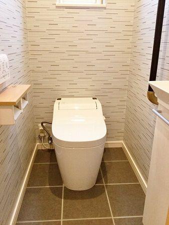 トイレはグレーのクロスで、飽きの来ないデザインに。
