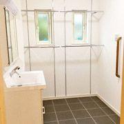 脱衣場には、雨の日でも洗濯物が干せる乾燥スペース。