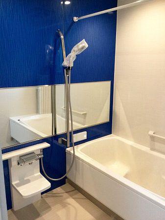 お風呂もお子様のリクエストでブルーの壁に。 清潔感がある爽やかなお風呂ですね。