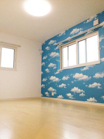 雲の柄が印象的な子供部屋。 通常雲の柄は天井に使うことが多いのですが、壁に使うと雲の中にいるようなわくわくした気分になります。
