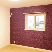 こちらも子供部屋です。 紫のアクセントクロスは、近づいてよく見ると細かい装飾がされており、女の子が好きそうなかわいい柄になっています。