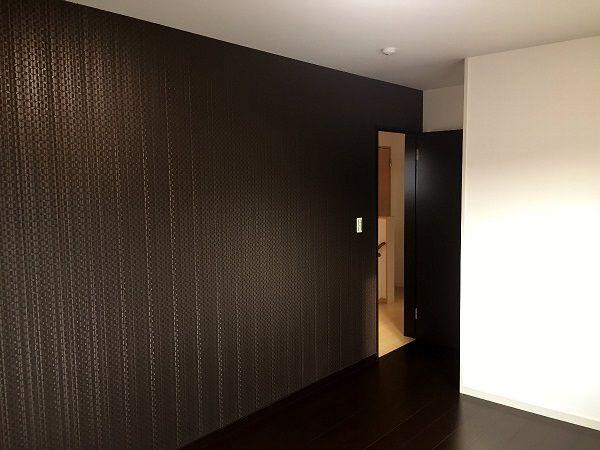 寝室のアクセントクロスはシックに。 床色もここだけ変え、大人の空間に仕上がりました。