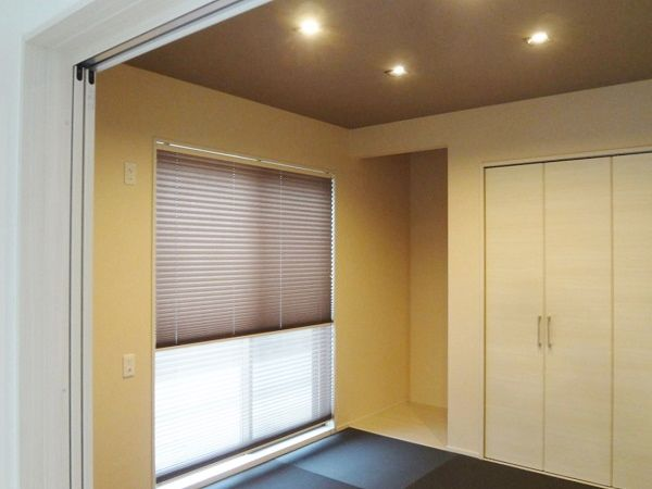 黒の畳が印象的な和室です。リビングに隣接しているので続き間として広々と使ったり、引き戸を閉めてお客様の宿泊やプライベートな空間にも利用できます。