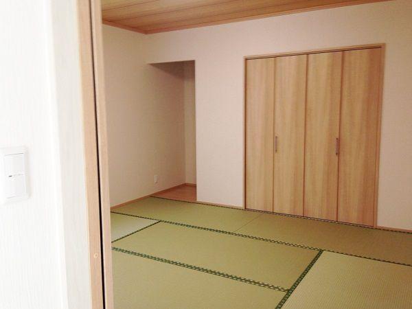 リビングと繋がる和室は、大きな押入れ収納があります。