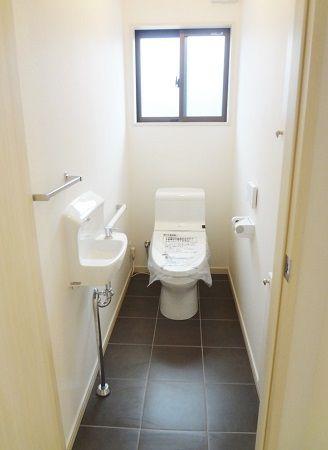 トイレの床も磁器タイル貼り。汚れに強いので、お掃除にも便利です。
