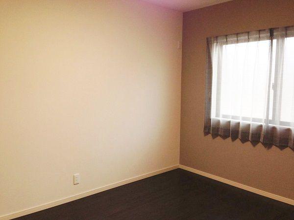 こちらも広い部屋に、収納もたっぷりです。