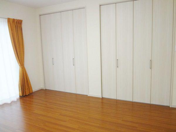 フローリングとカーテン色の統一感があります。各部屋ごとに雰囲気が違います。