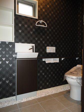 玄関ポーチ、玄関、トイレの一部はおしゃれな白玉石敷きです。白玉石の雪のような白さが黒いタイルによく映えます。お施主様のセンスが光ってます。