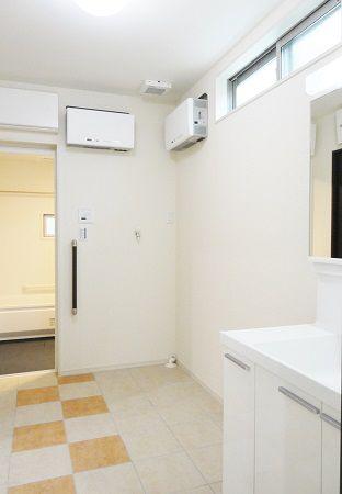 洗濯機を置いても十分スペースがあります。タオル等を入れられる収納も置けるので、洗面所はスッキリです。