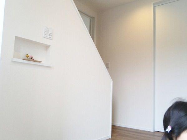 玄関を開けると真正面に防臭効果や調湿効果があるデザインパネルが設置されてます。インテリアの役目も果たしてくれる優れものです。全体的に白で統一された玄関ホールでのワンポイントです。デザインパネルは優しい色をセレクトされていますので、玄関ホールはとっても明るく清潔感のある空間になりました。