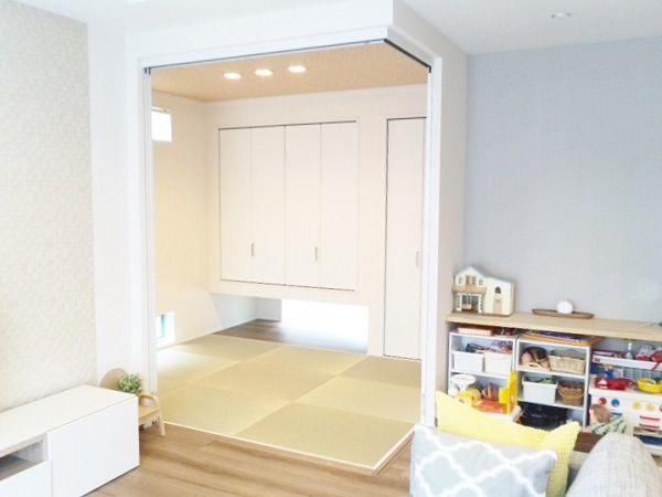リビングと和室を一辺で繋げて、和室の扉を開いて一体感を出すという方法は沢山のお家でしている事だと思います。今回のお家ではより和室とリビングの一体感を出すために2辺を繋げてコーナー扉を利用し、和室がリビングの一部の畳コーナーのような演出をしてくれています。