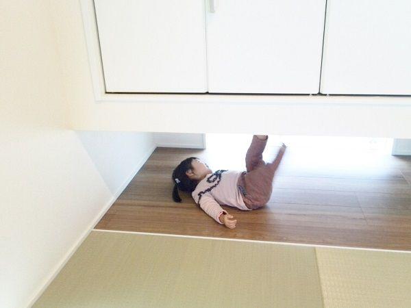 扉が開いている時は、リビングからの光が入りとても明るい和室ですが、扉を閉めている時は落ち着いた空間にしたいとの事でしたので、敢えて小さな窓を付けました。収納スペースを確保したかったのでクロゼットの一部を床上げして、そのスペースにいろんな物を飾れるように板の間を作っています。今はお子さんの遊びスペースです(笑)