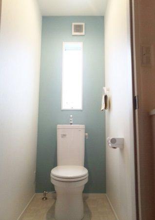 11階トイレはタンクレス風のトイレを採用しました。トイレ、手洗器、手摺は白で統一していますが、一部のクロスの色を変更しています。敢えて濃いグレーを設ける事で白い手洗器とお客様がご自分で購入されたペーパーホルダーとタオルリングが映えるようになってます。2階トイレは明るいブルーを採用しました。これもまたトイレの白さとマッチして、清潔感がありながらもちょっとした遊びを含んだ空間に仕上がりました。