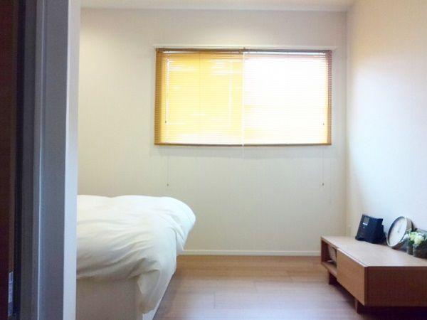 寝室も一部のクロスの変更して、アクセントある空間になっています。アクセントのクロスがオレンジのブラインド色とあって、素敵な雰囲気を出してくれています。