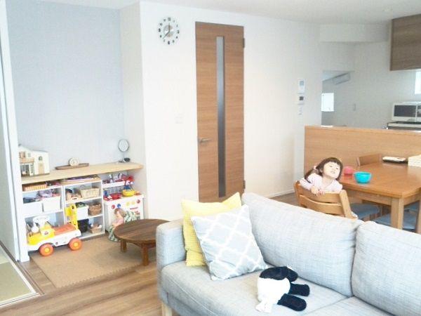 リビングは一番拘ったお部屋になると思います。開放感があり、明るさも確保したいというご要望がありましたので、リビングの天井一部の高さを上げて空間を広げています。また、奥様の仕上りイメージはナチュラル感を好まれていたので、1階フロアは木目が強調されている床材をセレクトしました。またリビングのアクセントとしてテレビボード後ろにもデザインパネルを設置しています。