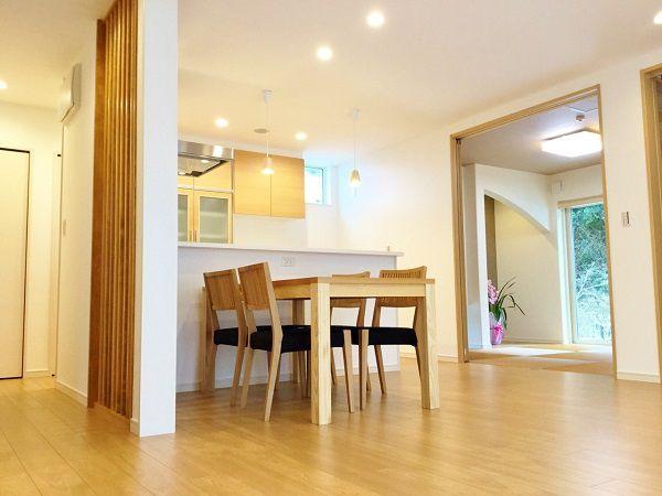 キッチン、ダイニングの周りはぐるっと一周、回遊できるようになっています。 和室は玄関からもLDKからも出入りが出来ます。
