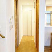 キッチンの回遊の途中には手洗い、トイレ、脱衣場があります。 写真の左手にある扉から入ります。