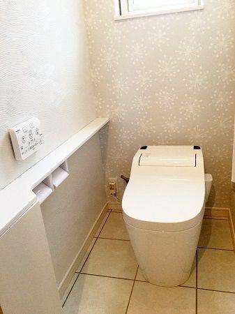 トイレはホワイトでまとめ、シンプルながらも柄が印象的なクロスを選びました。