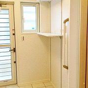 脱衣場の洗濯機スペースの上には、洗剤等置いておける可動棚をつけました。 写真にはありませんが乾燥スペースもあります。 脱衣場からストックヤードへの出入りが可能です。
