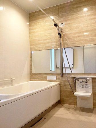 浴室は、その他の室内と統一感のある、明るめの色味を選びました。 石目調の柄で高級感もあります。