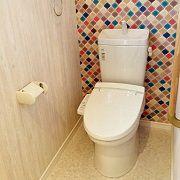 木目柄と北欧柄のアクセントで、おしゃれなブティックのトイレのようなデザインになりました。
