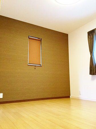 寝室のアクセント壁はブラウン。大人っぽい空間に。