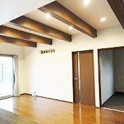天井は梁見せです。梁が見える部分を増やし、より天井を高く見せています。