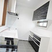 キッチン床はタイルです。 うっかり床に水なんかをこぼしても平気なうえ、冬はとても暖かく快適です。