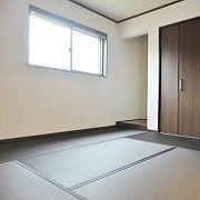 細めに織り込まれた黒っぽい色の和紙畳。 モダンな空間になりました。