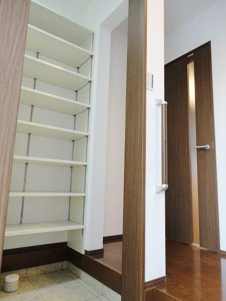 玄関側からと、ホール側からの2way仕様。 玄関側はマット調の引戸付です。
