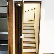 リビング階段なので、冷暖房の事を考え扉を付けました。 普通の開き戸ではなく、折れて開くドアなので省スペースで開閉出来ます。