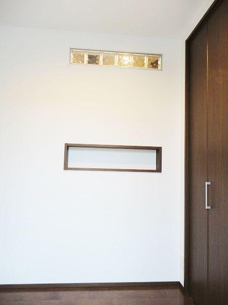 玄関から入ると目に留まるのがこのガラスブロック。 違う素材が少しだけ入るのはおしゃれです。