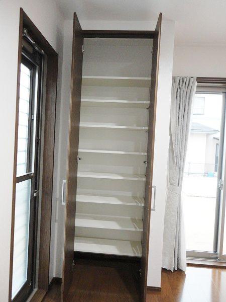 キッチン横には扉付きのパントリー。 内部は可動棚があるので、収納力抜群です。