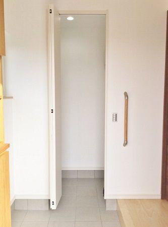 玄関に入って正面にあるのは土間収納です。 左端に少し見えているのは、ご家族の方が手作りで製作された玄関収納を取り付けました。