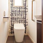 トイレは大人っぽいアクセントクロスがかっこいいです。 タンクレストイレにしてスタイリッシュに。