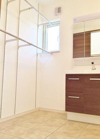 洗面脱衣室には乾燥スペースもしっかりと作りました。