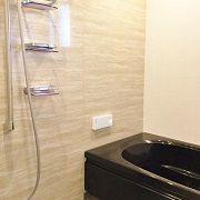 浴室は石目調の壁とブラックの浴槽で高級感を出しました。