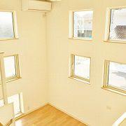 Kidukiステージはスクエアの窓が、たくさんの太陽光を取り入れてくれます。 広い吹抜スペースとなって明るい空間です。
