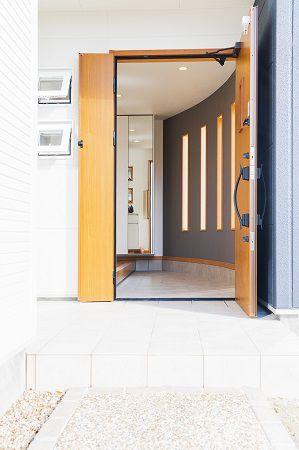 やわらかい日差しの入る玄関。 ここにも緩やかな曲線がいかされています。